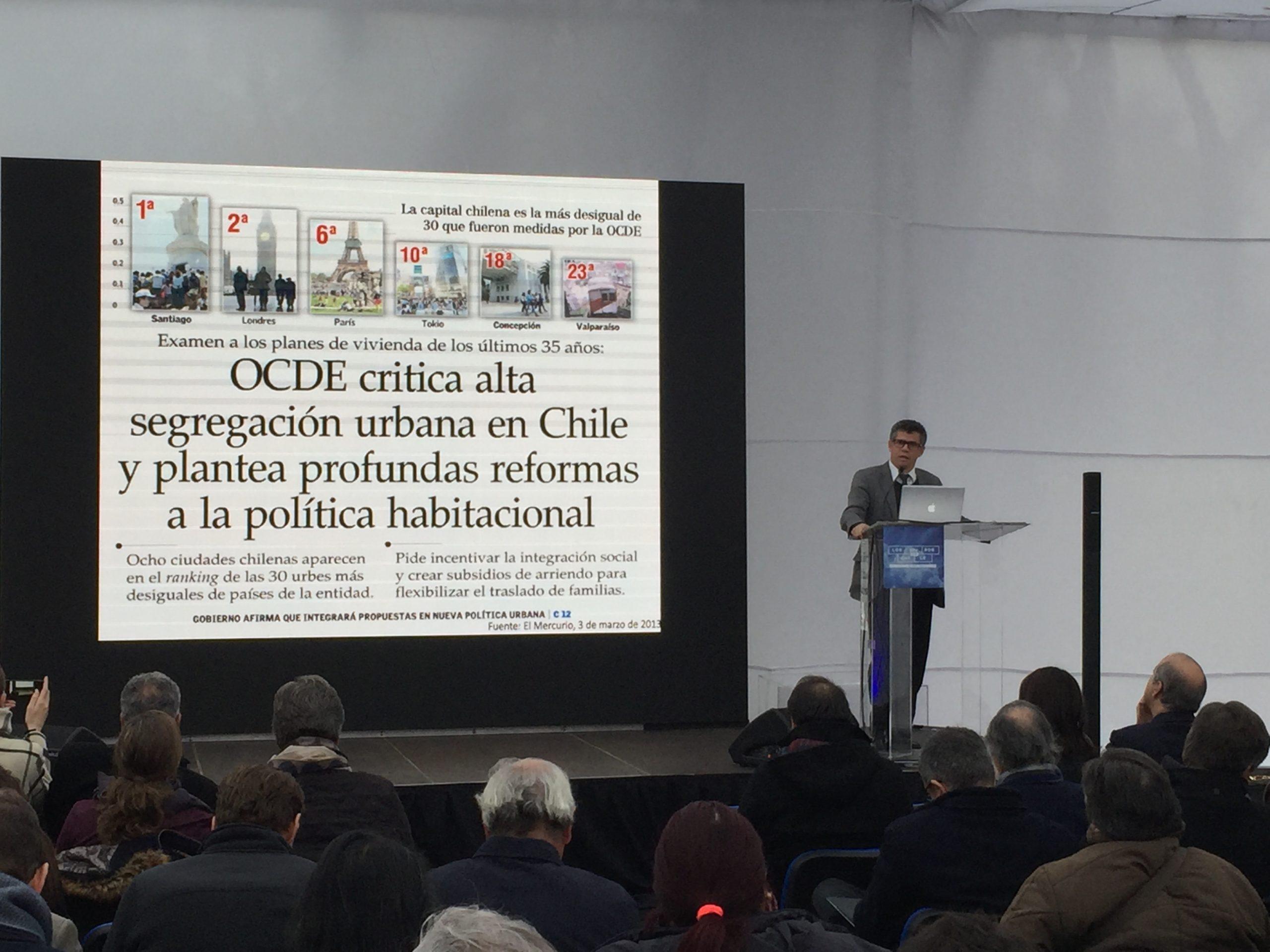 Director Luis Fuentes expuso en conversatorio sobre ciudad y marginalidad urbana
