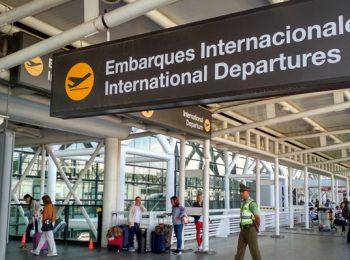 Fuera de Santiago y asegurando la conectividad: Expertos plantean dónde podría construirse el segundo aeropuerto