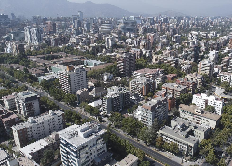 Impacto de la densificación residencial intensiva en la re- estructuración espacial de la ciudad neoliberal: morfología y normativa urbana en el Área Metropolitana de Santiago