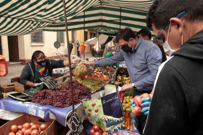 El Mostrador | Abastecimiento en cuarentena: El 70% de los habitantes de la periferia de Santiago compra en ferias y comercio local