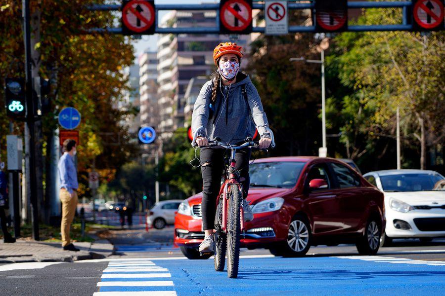 (La Tercera) Las ciudades post cuarentena: ¿Cómo será la nueva movilidad, en auto o en bicicleta?