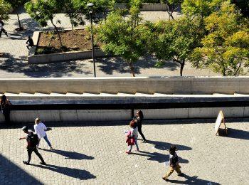 LUN: Por qué dejar de saludarse con los vecinos dejó de ser una costumbre en Santiago